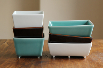 モダンなフォルムが魅力的な角型の器「四方」。形はエッジですが、東洋の伝統的な3種の釉薬を使用するなど、実は和の要素を強く意識して作られているのだそう。