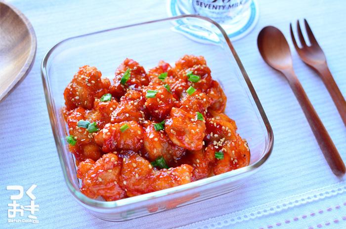 エビチリのような馴染みのある味、チリチキンです。白いご飯にも合いますし、冷めても美味しく、しっかりし味が付いてるので、お弁当にもおすすめです。盛り付けの際、赤みが足りない時にも重宝するおかずです。