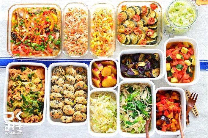 豪華に並ぶ色とりどりの料理たち。こちらはnozomiさんが作った1週間分の作り置きのおかずです。 節約したい方や、仕事帰りにゆっくり料理を作れない方は、時間に余裕がある休日に1週間分の常備菜を作っておくのがおすすめ!レシピサイト『つくおき』では、美味しい簡単レシピの紹介をはじめ、ムリなく続けられる週末作り置きのコツなどを紹介してくれています。