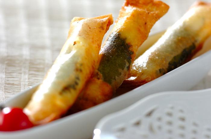 ツナと大場を巻いて上げたさくさく春巻き。揚げたてはチーズがトロリ♪大葉の風味もさっぱりと効いています。 いざというときにも役立つ、細長いおかず。お弁当箱によく映えます。