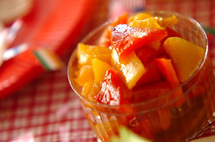 赤と黄色の色鮮やかなパプリカのマリネ。ちょっとした箸休めにも最適で、常備菜として作っておくのもおすすめ。