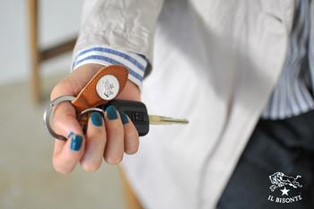 ティアドロップ型のレザーモチーフがリングについた、キーホルダーです。コイン状のロゴマークが目を引きますね。
