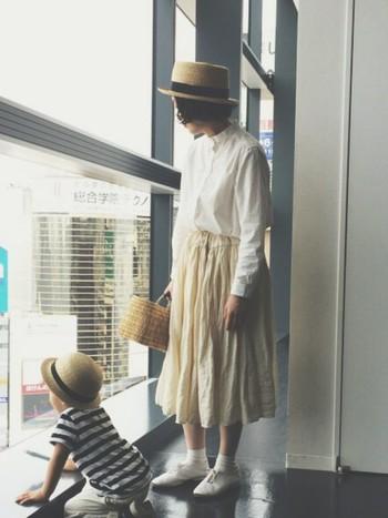 親子でかぶっても可愛い麦わら帽子。 白を基調としたふんわりしたコーデにカンカン帽を合わせてハズしを加えて。