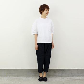 大き目のTシャツには、タイトなパンツを合わせている人も多いのでは? こんなゆったりパンツを合わせても、素敵なコーデになりますよ♪ 素材の上質感が、よりおしゃれに見せてくれますね。