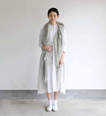 真っ白の上質なワンピースに、白の靴下と靴をあわせて。 軽いリネンストールを羽織れば、もう春のおしゃれが完成です☆ ワンシーズンに何度も何度も着ちゃいそうな、お気に入りコーデになりそう!