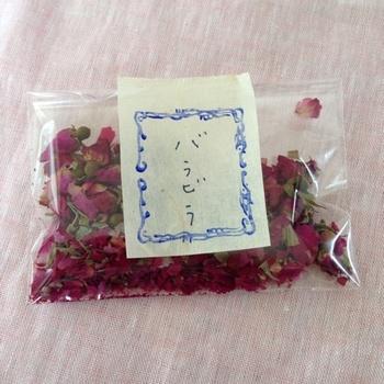 とっても華やかなハマナスの花びら茶。 おもてなしに使っても喜ばれそうです。  こちらは身体を温める効果があるそう。