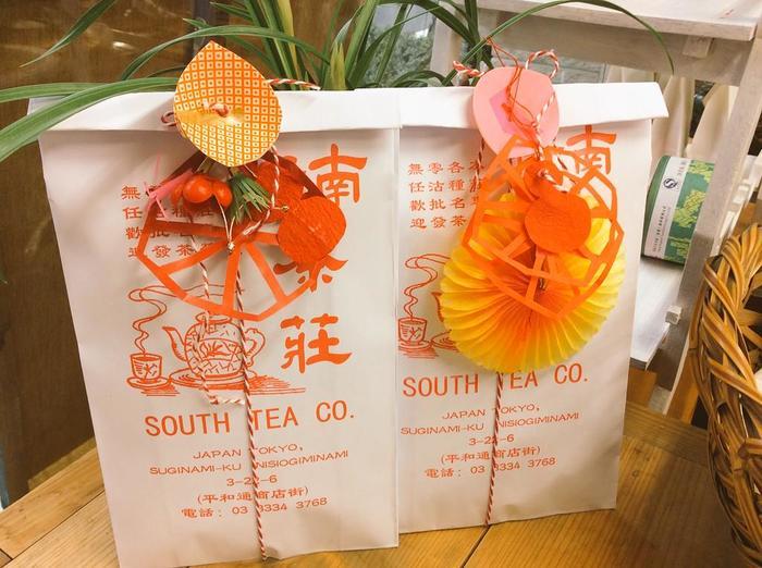 こちらはお年賀セット。 季節を感じられるセットやパッケージも多く出ているので毎回お店に行くのが楽しみになりそうです。  ちなみに、こちらの袋は中国で作ってもらったものだとか。様々な色があります。