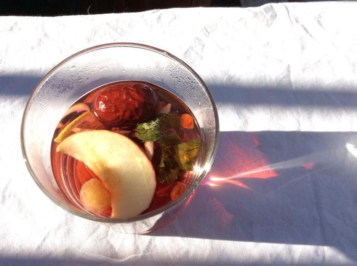 食べられるお茶、フルーツバスケット。 飲んだ後にドライフルーツも一緒に食べられます。