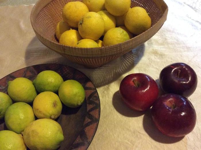 使う材料は出来る限り手作りです。 農家さんから届いたオーガニックのフルーツを、ひとつひとつ丁寧に洗ったり、カットしたりと手間暇をかけて作ります。
