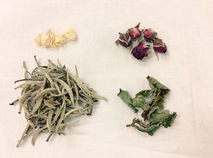 月の芽という白茶をベースに、野生のバラ、ジャスミン、ミントをブレンドしたお茶です。