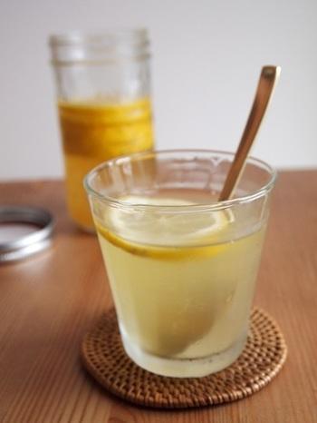 レモンは皮ごと使える国産のノーワックスのものがいいですね。はちみつを使って、お酢入りの自家製蜂蜜レモンをふるまいましょう♪