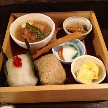 日本人のソウルフード「おにぎり」。一品一品丁寧に作られた味は、お腹も心も温かく満たしてくれます。