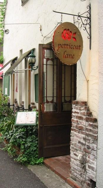 ヨーロッパのカフェの様な、雰囲気のある洋館の建物が素敵なペチコートレーン。こちらのお店では、土曜の夜に開催されるライブイベントも人気です。