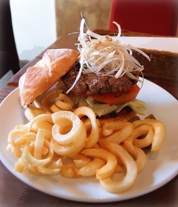 レインボーキッチンでは、ボリュームのある本格的な美味しいハンバーガーが味わえます。