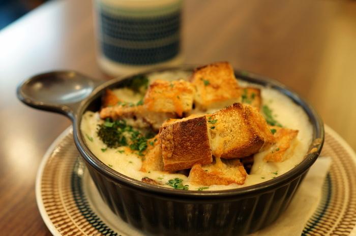 自家製のパンと、こだわりの手作りソースで作ったパングラタン。優しい味に心がほっこり和みます。