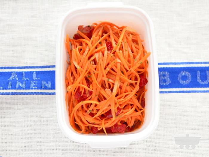 作り置きサラダの定番!フランスの家庭料理、キャロットラペ。バルサミコ酢とリンゴ酢がきいていて、暑い日にもぴったりですね♪