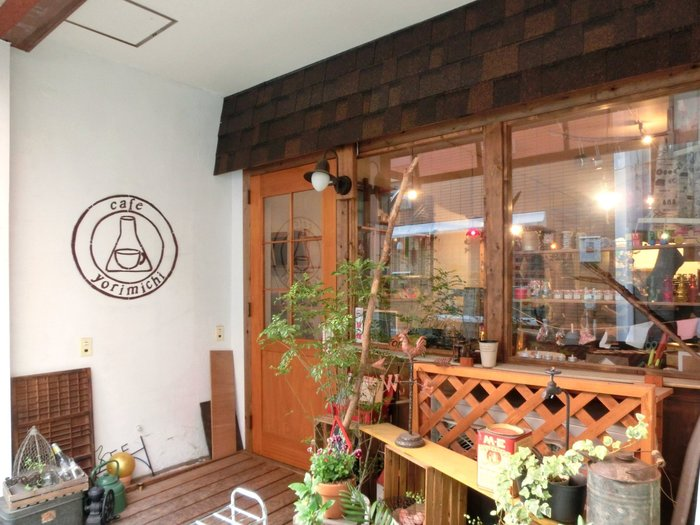 山小屋のような可愛らしい外観が素敵なカフェ。都会の喧騒を忘れて、のんびり寛げる居心地の良いお店です。