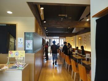 店内は奥行があり、カジュアルな内装となっています。