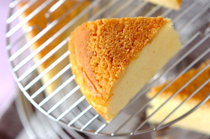 ホットケーキミックスがあれば、粉類の計量もしなくてOK! チーズがふわっと香る、ベーシックなチーズケーキが簡単にできちゃいます。
