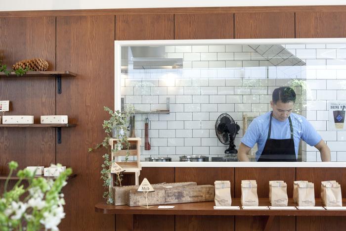 店内に設けたられた大きなガラス窓からは、清潔感のある厨房がよく見渡せる。