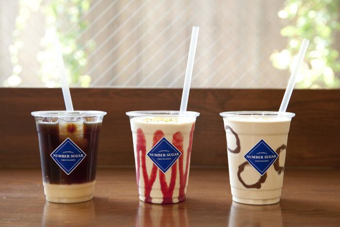 夏にピッタリの限定ドリンク「CARAMEL SMOOTHIE」と「NUMBER SUGAR COFFEE」も発売中。ほのかな苦味と甘さの絶妙なバランスは、キャラメル専門店ならでは。