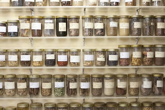シオンテックにあった棚には染色剤の原料となる地球上のあらゆるものがずらり