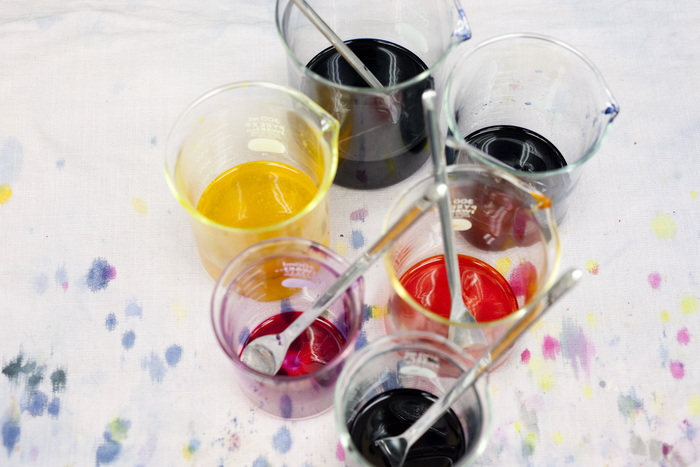 シオンテックでは日々さまざまなものから色を作る実験と研究が重ねられています