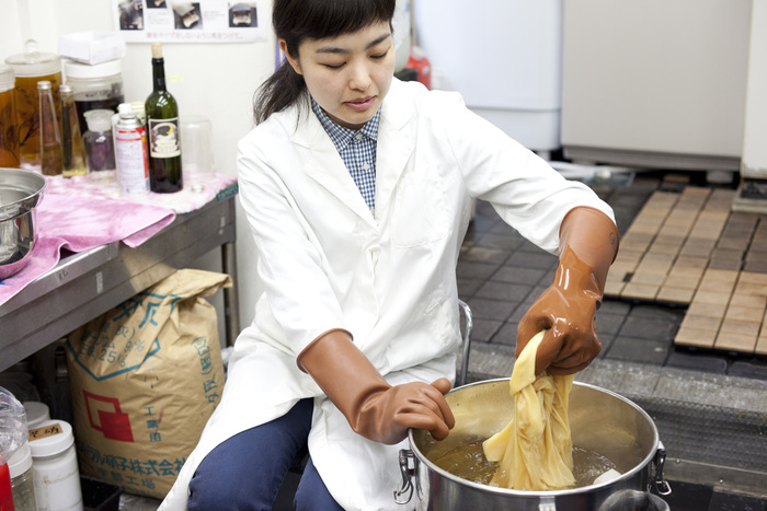 染料を入れた鍋に布を入れるときれいな黄色に