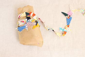 細かく余ってしまったハギレは、ひとつひとつ縫い合わせた、ガーランド風リボンにリメイクしてラッピング。いろいろな色が重なり合って、とてもきれい!ハギレとは思えません。