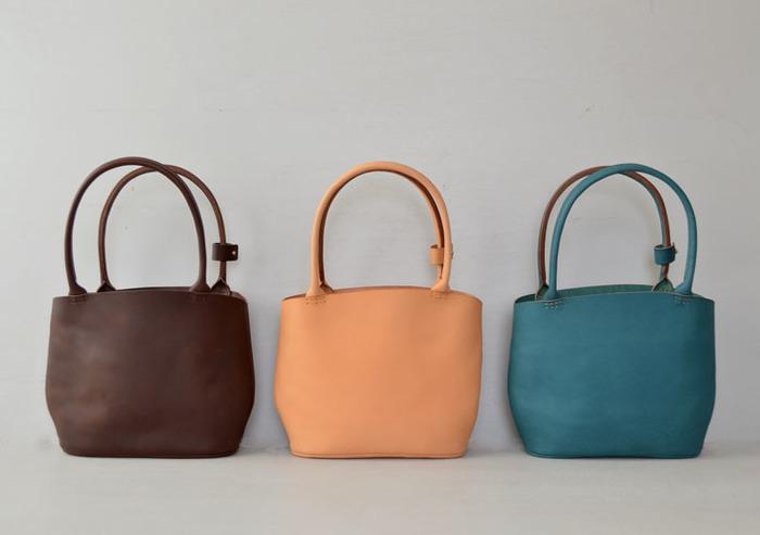 革の曲線を感じるシンプルなトートバッグ 左右対称ではないラインが革本来のカタチを思わせるトートバッグ。 日々のお買い物。ちょっとしたお出かけの日に気軽に持てるサイズ感の鞄です。