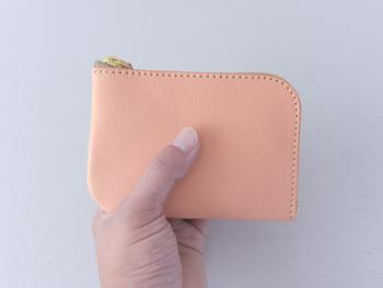 L字ファスナータイプの中型財布。 ズボンのポケットにすっぽり入るサイズ感のお財布です。 小銭入れを仕切りにして、カード類・お札類と分けて収納することが出来ます。