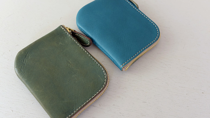 ワンサイズ小さいL字ファスナー小型財布のエイジング比較。 革ブルーグリーン。右、新品。左、半年ほど使用したもの。