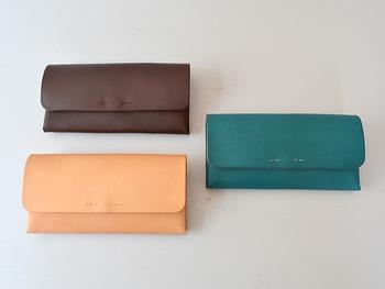 通帳も入る多収納な長財布 フタを開くと、マチ付の部屋が2つとファスナー付の部屋が1つ。 マチ付の部屋はマチが付いているので、中が見やすい作りになっています。