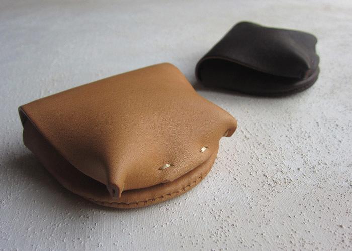ころんとした形の小銭入れ。 開けると、フタが受け皿のようになるので、その受け皿に小銭をひろげてとりだすことができます。
