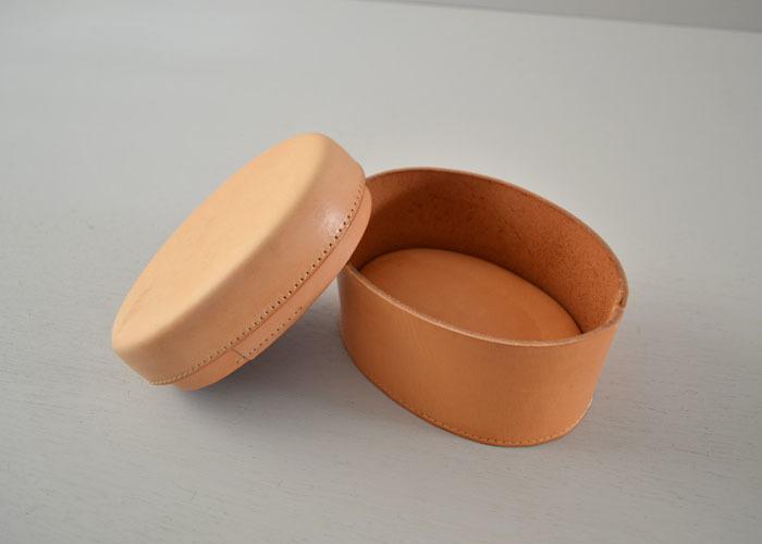 楕円形(オーバル)の革箱(ボックス)。 ぱかっとフタを開けると、収納部になります。