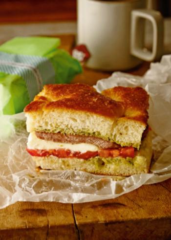 ふわふわのフォカッチャに、ハムやチーズ、野菜を挟んでサンドイッチにしてみてはいかが?いつもと違ったおしゃれなサンドイッチは、お出かけのお供におすすめ。こちらは、豚肉を挟んでボリューム満点のフォカッチャサンドです。
