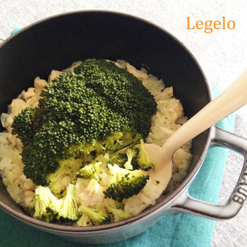 ニンニク玉ねぎ、小さく刻んだささみ、お米を順に炒めていき、お水や調味料を加えてぐつぐつしたら、ブロッコリーを株ごといれて炊き上げる栄養満点のピラフ。ほろほろと崩れるブロッコリーがとっても美味しそうです。