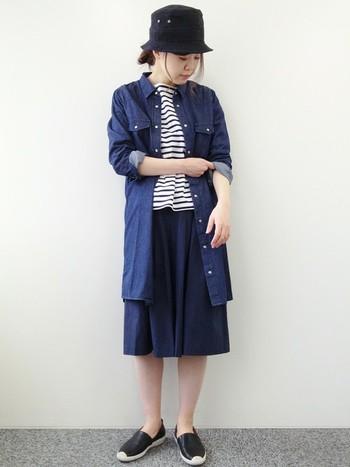 デニムシャツワンピースは、ネイビーのスカートと合わせてシンプルに着こなしても素敵ですね。