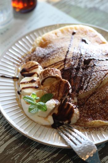 パンケーキの生地はもっちもちでボリューム満点♪ おかず系のパンケーキもあるので、ランチタイムに行ってみてもいいかも。