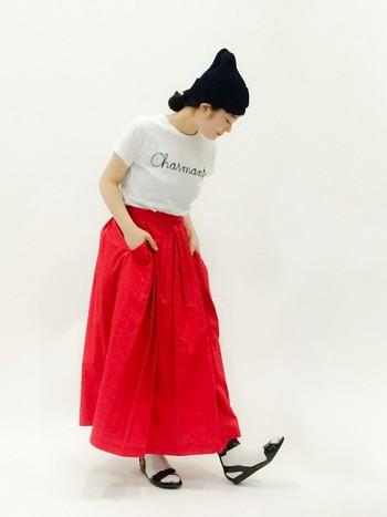 真っ赤なスカートが際立つコーデ。 メッセージTにすることで野暮ったくなりません。