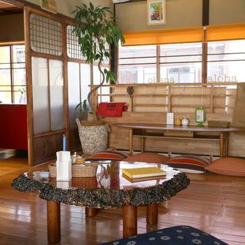 二階には座卓のスペースやソファー席もあり、ゆっくりとくつろぐことができます。