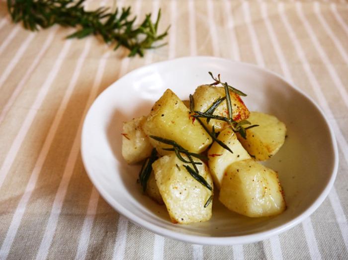 【新じゃがのローズマリー風味のオーブン焼き】 ローズマリーの風味が食欲をそそります。さっと炒めてオーブンに入れるだけなので、あと一品というときにも便利。