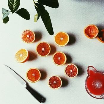 お料理中、カラフルなオレンジを真上から撮影した写真。シンプルなだけに、光の選び方やオレンジの並べ方などのセンスが光る作品です。