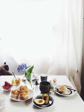 シンプルなバックと、色鮮やかに彩られた食卓の風景。テーブルに飾られたあじさいがアクセントになっています。こんな朝食風景、憧れますね。