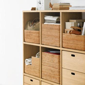 棚にきれいに収まるのは、無駄のない洗練されたデザインだからこそ。細々した物を上手に収納して、見た目もすっきりおしゃれになるのが最大の魅力です。並べたり、積み重ねたり、しまう物に合わせて柔軟に対応できる優秀なデザイン。