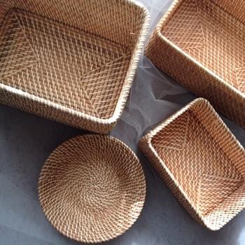 日本では籐(とう)という名前でも親しまれているラタン。無印良品のラタン製品は、ベトナムの職人さんが一つ一つ編み上げています。下処理や仕上げの作業も丁寧に。厳しい審査に合格した物だけが製品として販売されています。