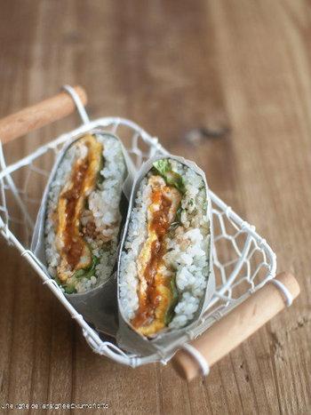 具だくさんのおにぎらずは、サンドイッチと同じ容量で包んで切ると断面も美しい仕上がりに。ひとつずつ包めば、つまみやすくて食べやすい!