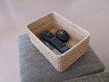 複数あるリモコンもまとめて収納。テレビを見る時はこのまま手元に置いておけます♪
