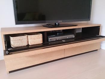リビングルームでの使い道として人気なのがテレビボードの下。背の低い棚の中にもきれいに収まります。