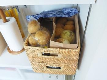 意外と多かったのが、野菜類の保存に利用する方法。通気性のいいラタンは、常温保存の食材にぴったり。